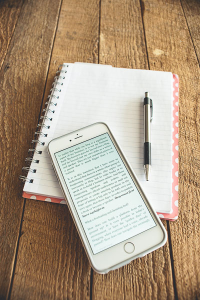 Free Stock Photos for Blogs - Iphone Kindle Reader 1